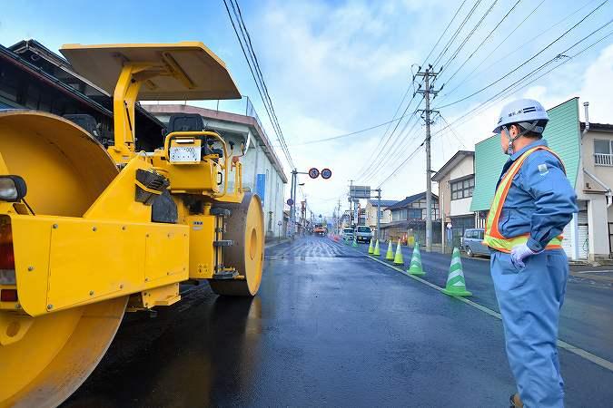 人々の足元や交通を支える舗装工事